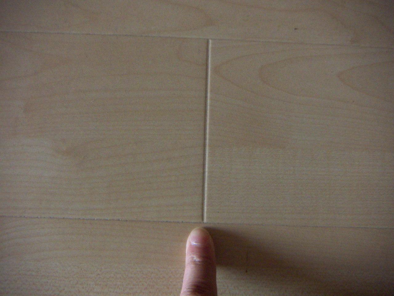 因技术工艺的不同分为倒角v型地板和模压v型