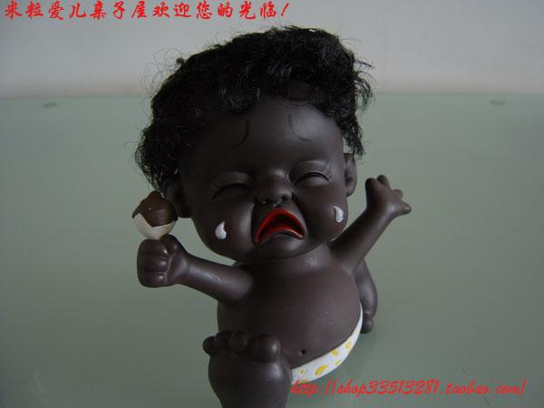 """可爱的黑人宝宝,她的肤色就像巧克力,让人忍不住想""""亲吻""""一口。脸上的表情各异,把小 孩子喜怒哀乐的无常表现无遗, 惟妙惟肖,有了它们的陪伴,无味的生活顿时会变得多彩 多姿。还犹豫什么啊?快让它们陪你玩玩吧! 如果您家有小孩的话,他一定也会喜欢的,他可能还会问:妈妈爸爸,我哭的时候笑的时候 发脾气的时候伤心的时候也是这个样子吗? 娃娃的头部下方有弹簧,也适合放在车里,车子开动时娃娃的头也随之左右摇摆!"""