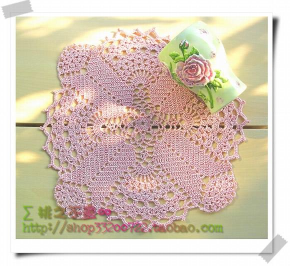 这款四方形钩针蕾丝餐垫远看为温柔的粉红色