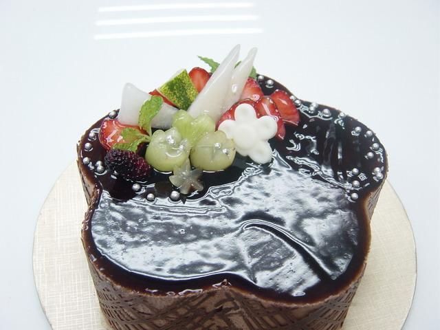 再来一张一朵花花形状的巧克力慕斯蛋糕,是不是很可爱咧