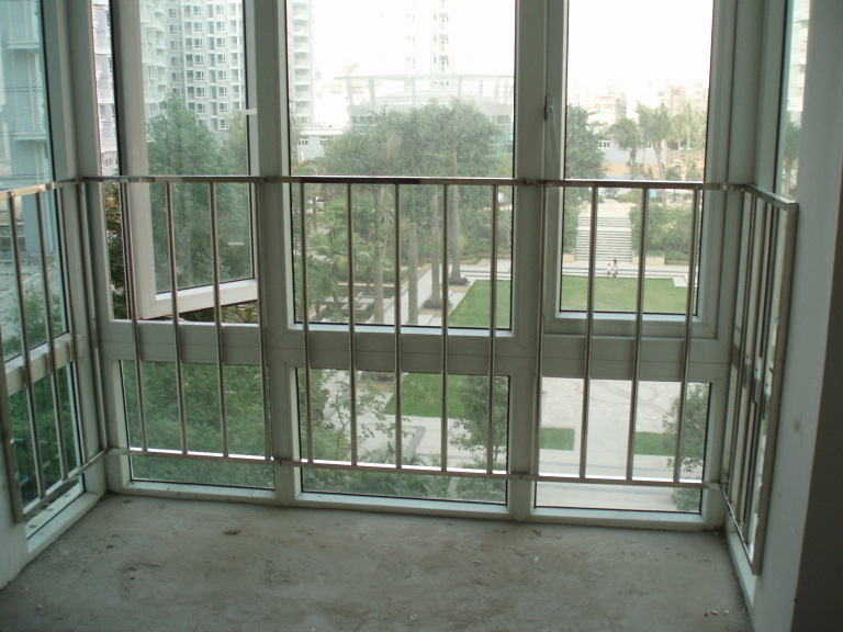 > 华城凸窗加装的不锈钢栏杆