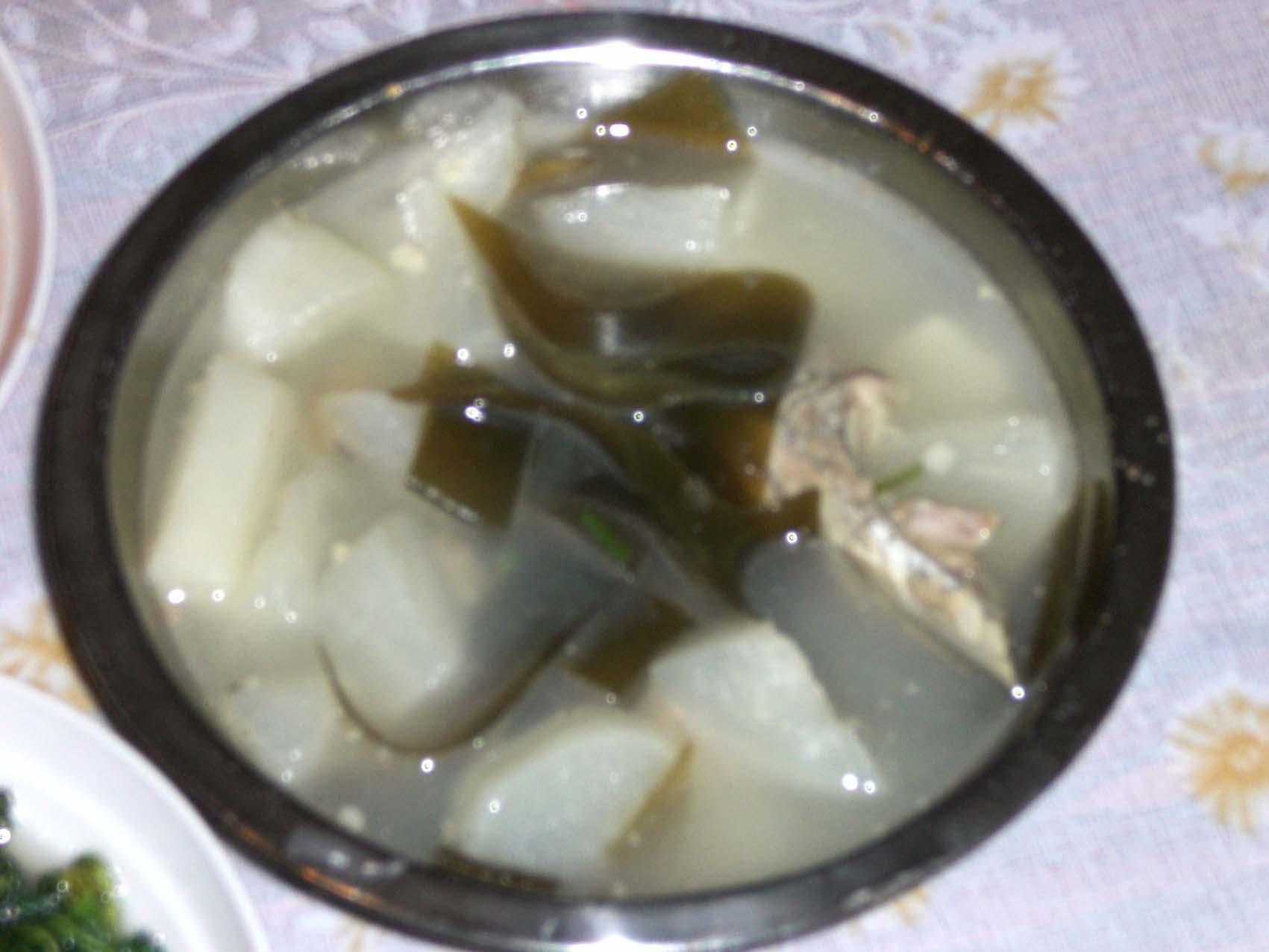 海带结萝卜排骨汤_萝卜海带骨头汤
