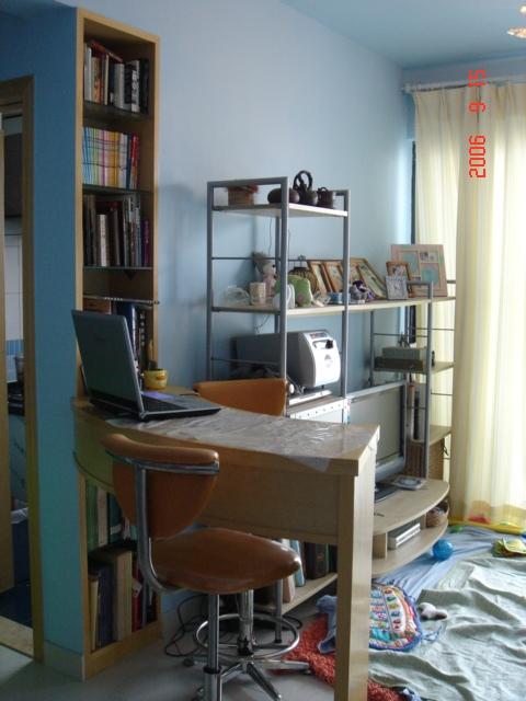吧台是饭桌电脑桌兼工作台.旁边的小嵌入式书架是我最得意之作  啦!