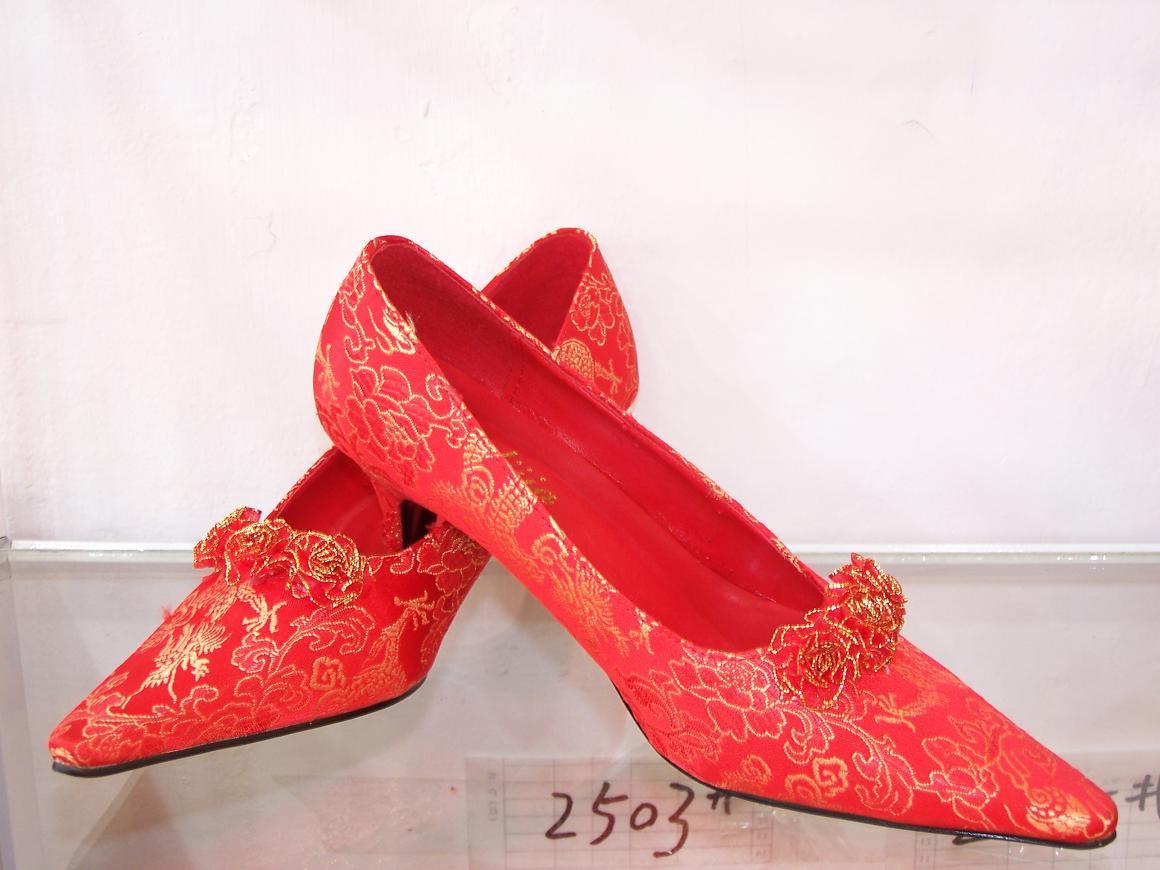 请教一下:旗袍配什么鞋子好看