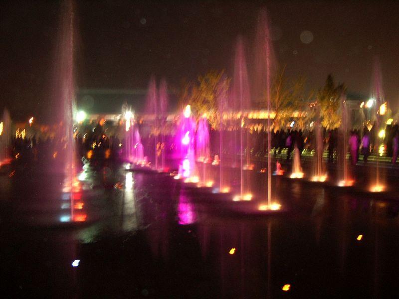 大雁塔广场晚上的五彩音乐喷泉