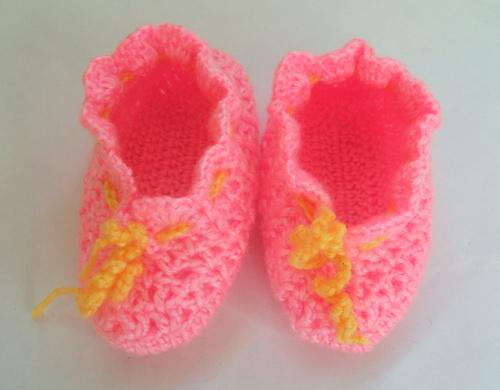 手工编织的宝宝背心,钩针宝宝鞋,钩针帽子