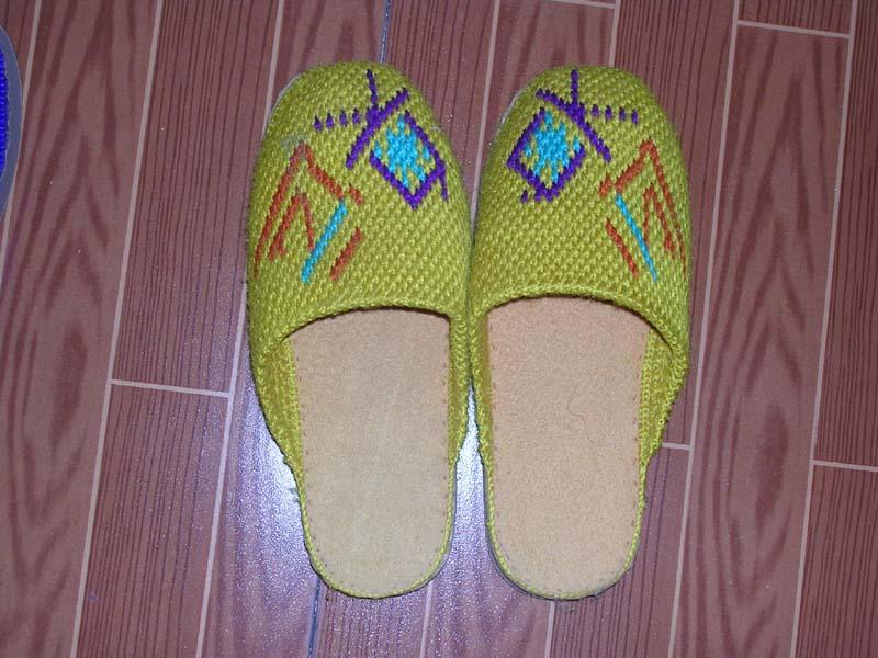 > 手工钩出来的毛线拖鞋有人喜欢吗?