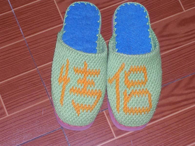 下面这些毛线拖鞋全是我婆婆钩出来的,大家说好看吗?这些拖鞋可以反复刷洗不影响美 观,可以穿上十年八年,而且鞋底绝不会磨损地板。现在想问下有没有人想要买?如果有多 人想买,我可以搞些货来卖。价格25元一双。