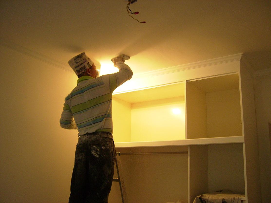 油漆部分是家裝中的面子工程,施工的好壞對整個裝修的效果有很大的影響.我們是專業木器油漆的施工隊,施工工人都是在深圳有多年油漆施工的老師傅.擁有專業的施工工具.是您油漆工程美觀,耐用的保證.木器漆一般用長