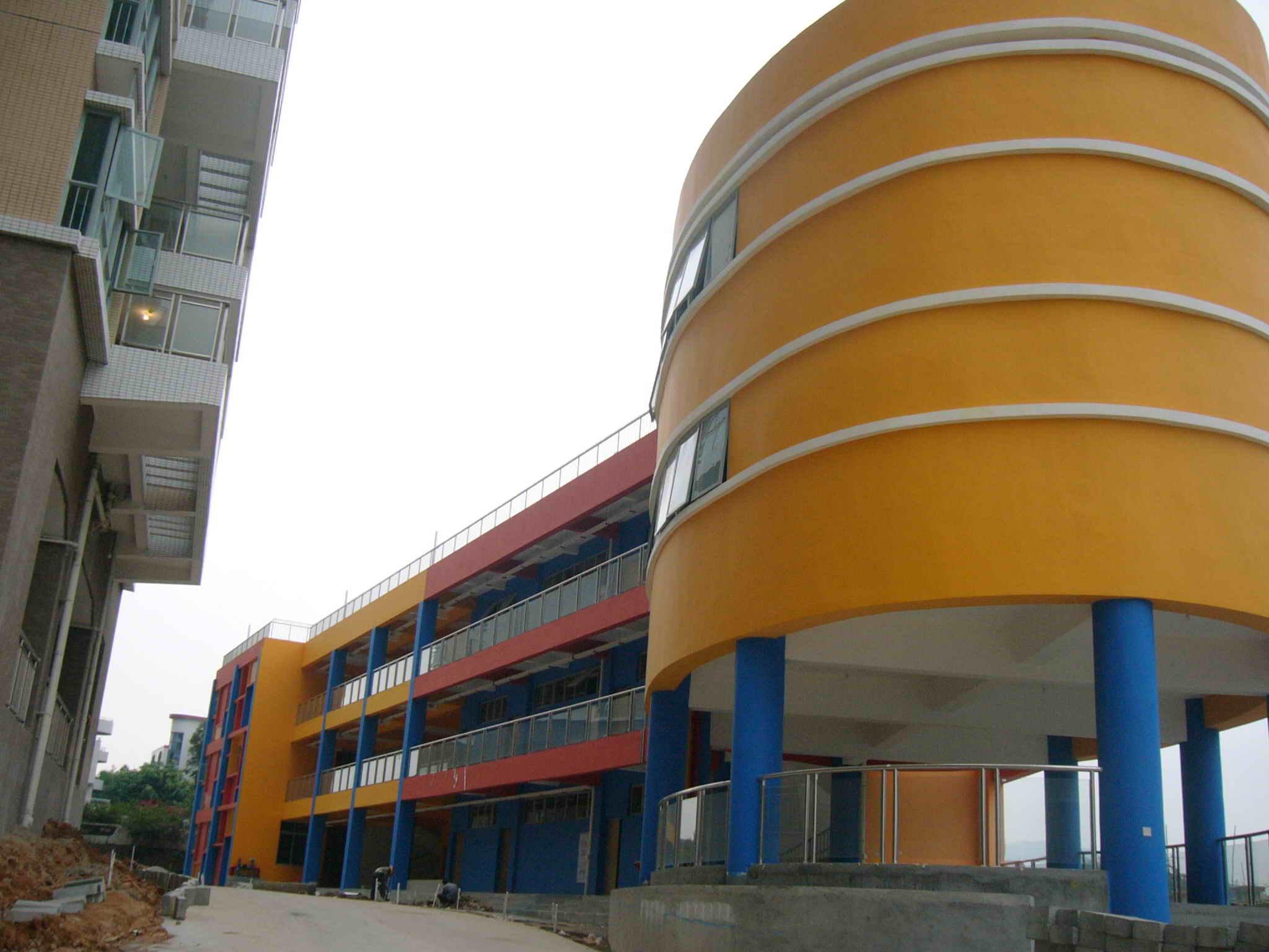 幼儿园,外形像蛋糕的建筑圆柱