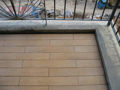 装修时阳台铺设的是金意陶的仿木纹地砖