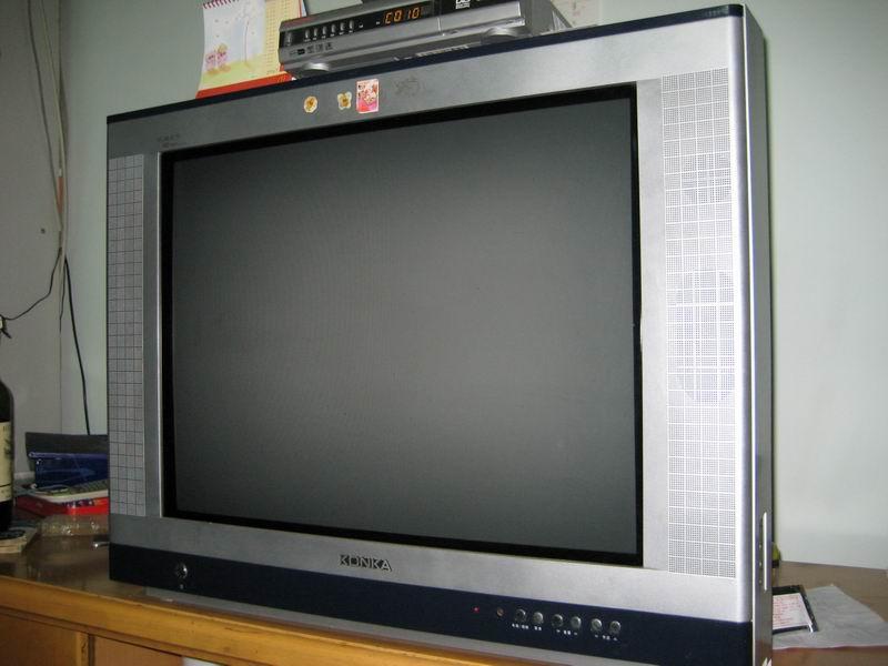 康佳数字高清29寸彩色电视机,1080P系列,是康佳纯平彩电中最高级的,画质相当清 晰,色彩明快。本人因搬家故转让。外观及遥控器基本全新。购买以后使用率也一直不高, 无维修记录。 2005年年尾买的,2年左右,未维修过,有保修卡,发票找不到了,电视后面有机身号码可以 查看,可以上网查一下它的性能和价格,我在网上搜到的现价格是2299元,识货者买吧。产品 如图实物拍摄。 转让价1000元.