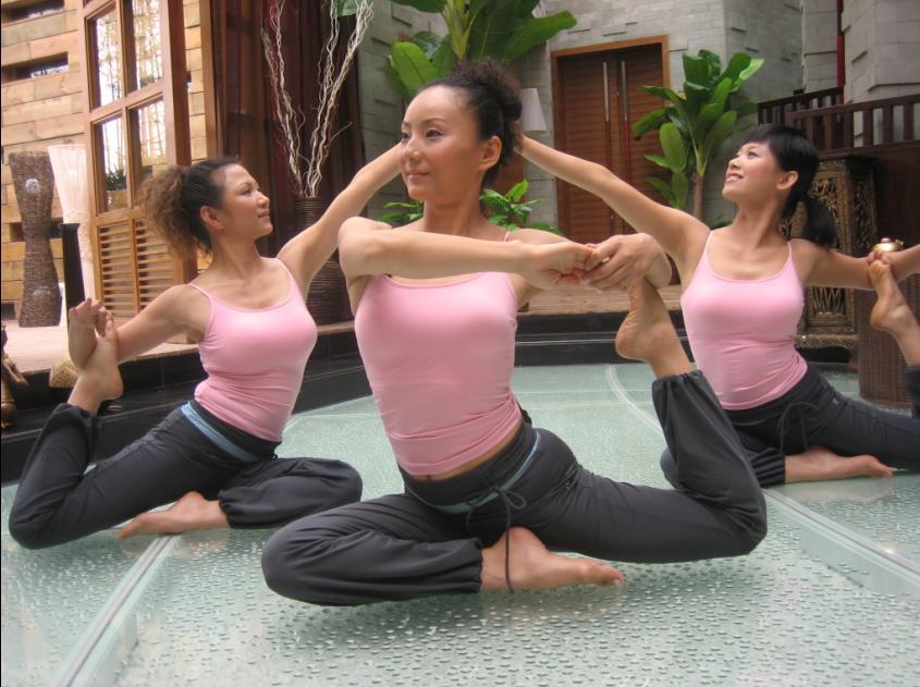 东南亚风情的会所和瑜伽美女相得益彰.