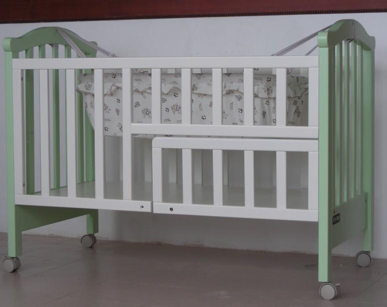 婴贝贝豪华多功能木床、童床、婴儿床DMC628可加长做写字台 品质标准: 1已通过ISO9001:2000国际质量体系认证. 2已通过广东省质量计量监督所检测。 3.环保型油漆符合:国家标准QB2453.1~1999 欧盟标准EN~71~3 美国标准ASTM~F963 专利号:ZL2004 2 0088464.4 型 号:DMC 628 规 格:123x69x93cm 原 料: 进口板村、杨木、PU环保漆 功能与特点:可挂摇篮、可做写字台,带有抽屉,床板可上、中、下移动、前护拦可根据不 同高度上