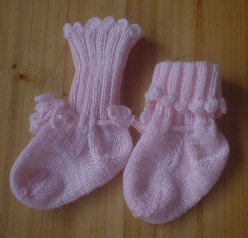 去年这个时候一篇【手工编织婴幼儿毛衣,披风,鞋帽子】,给数十位宝宝编织了毛衣, 一晃一年过去了,小店再次开张,欢迎大家再次光临! 开店原因: 妈妈退休在家, 从去年开始学会了网上购物, 如今淘宝上面的 买家信用度已经 4颗心了。 11月的时候她想为家人打毛衣, 突然想到自己也可以编织毛线制品开店。 于是买了500元各色的宝宝绒(婴儿毛线), 开始编织。 这样一天过得比较充实-俺妈06年原话 编织更多的花样,不再单一的披风,毛衣了,今年多了宝宝包和袜子07年11月 开店地址: 我给她开了 QQ 拍