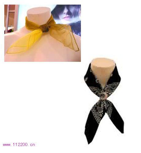 """渐进色彩的小方巾系出的蝴蝶结有着两色的""""翅膀"""""""