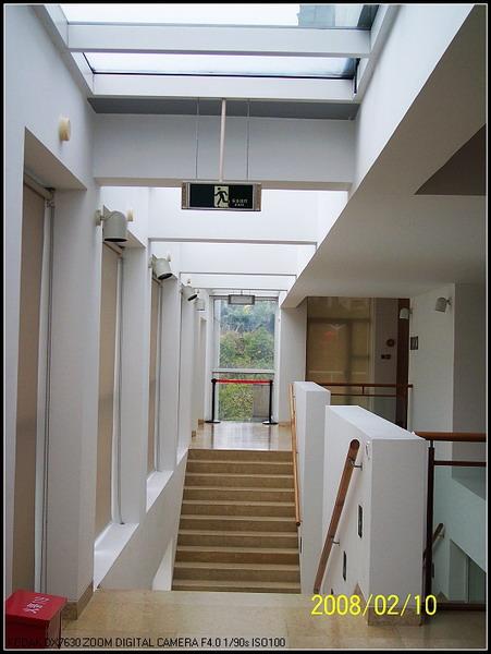 楼梯和走廊上方都设计了条状的玻璃天窗,引入大量的自然光图片
