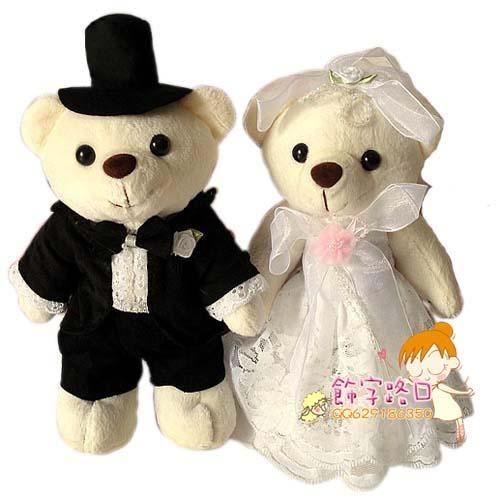 甜蜜可爱的小熊和心上人走上红地毯了,穿着婚纱的熊熊是最美的熊熊,让