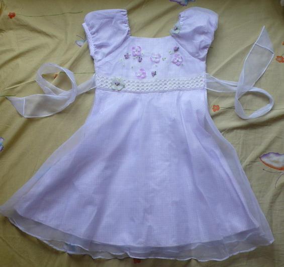 我的感觉是: 白纱裙隆重些,适合上台演出,比如六一、元旦、圣诞什么的,或者做花童的时候穿 紫纱裙没有那么隆重,平时扮个淑女,出去玩照个像什么的都挺好, 对了,紫纱裙是淡紫色的,里面也是全棉的衬里。,这裙几乎就是新的,原价160,现在转就40吧。