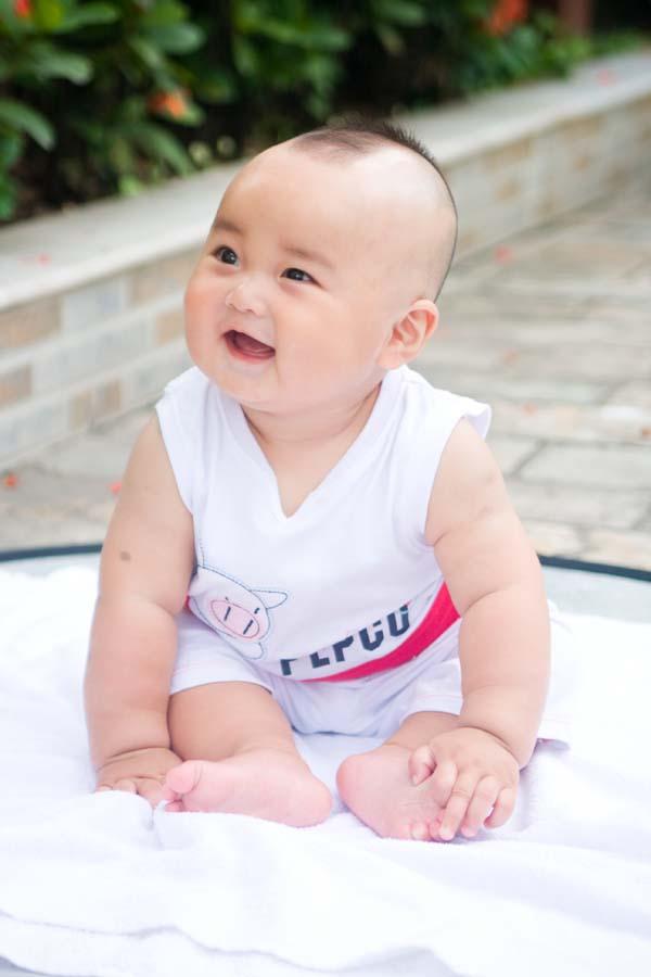 刚满六个月的大胖儿子,真的好可爱,决不是吹牛的.衣服