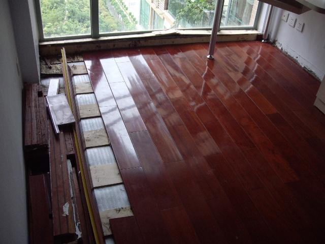 1栋c座落地窗渗水,房间木地板报废(跟踪报道).