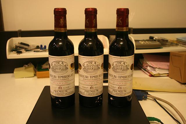 豪舍雷勒干红属于法国波尔多AOC级别之佼佼者。是法国波尔多地区著名酒窖M-J-BOUBEE生产的酒 庄瓶装酒。12度,属于高级AOC。酒色呈紫红,澄清透明,酒体壮实、丰满,充满活力。口感圆滑细腻 柔顺而卓越,酒香醇厚,回味绵长。酒窖具有一百六十年的酿酒历史,是法国最著名的SA .