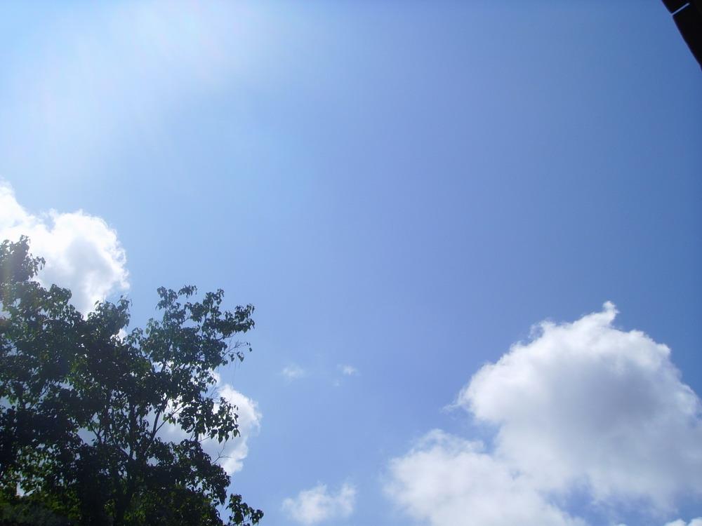 给大家看看偶家乡的蓝天白云青山(ps没拍到绿水)