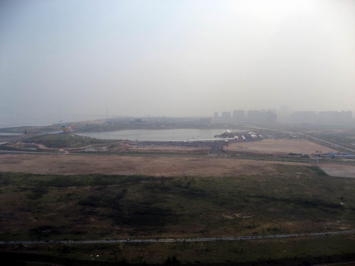 """深圳/在26楼俯瞰深圳湾体育公园用地,近为""""春茧""""地块,远为F1赛事..."""