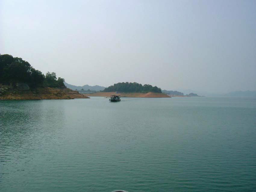 """万绿湖是依托新丰江水库建立起来的风景区,以水美——""""水域壮美,水质"""